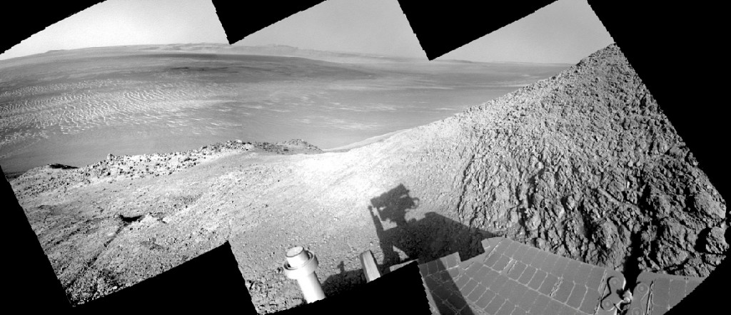 The Mars Opportunity Rover approaching Knudsen Ridge. Credit: NASA/JPL-Caltech